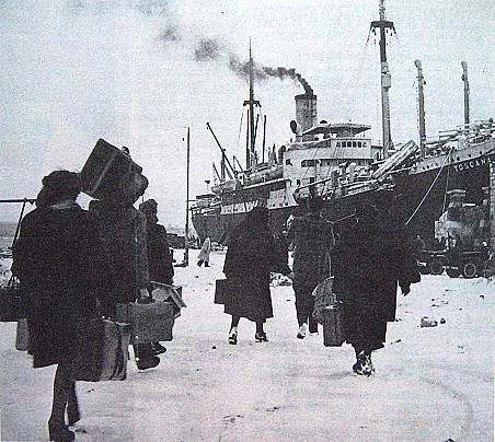 Profughi italiani raggiungono la nave Toscana