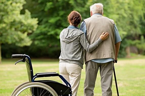 Emergenza Covid-19: la guida pratica INAIL per chi si prende cura degli anziani