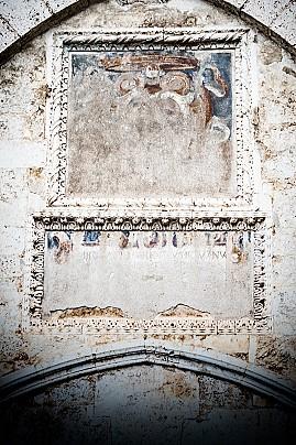 4 Stemma dei Piccolomini affrescato sull'ingresso del maniero