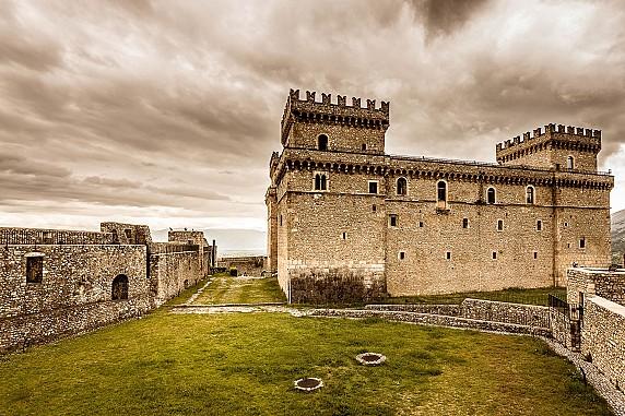 5 La lizza, il camminamento di ronda e il Castello Piccolomini in tutta la sua magnificenza