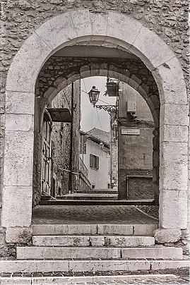 2 La cinquecentesca Porta Nuova, aperta nel Supportico Magnante