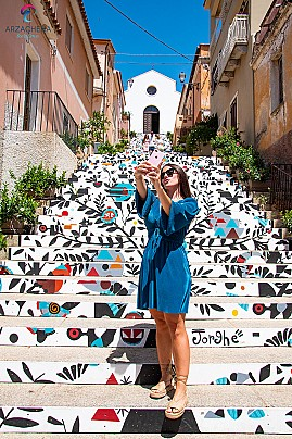 Arzachena, scalinata di Santa Lucia 2021 - 0030-selfie-kiss-fb (1)